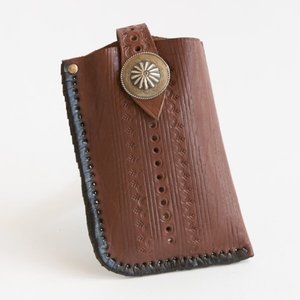 sk-268tt_handmade_leather_phonecase_western_tribal_southwestern_brown_medium_concho_